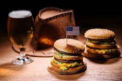 hamburguesas sabrosas en la tabla de madera con el vaquero americano fotografía de archivo libre de regalías