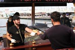 Hamburguesas turcas de los pescados en Eminonu Foto de archivo