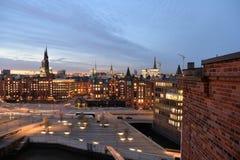 Hamburska linia horyzontu nocą Centrum miasta i docklands Fotografia Royalty Free