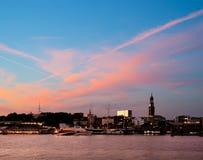 Hamburska linia horyzontu przy zmierzchem Zdjęcia Royalty Free
