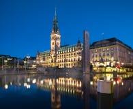 Hamburski urząd miasta Przy nocą Obraz Royalty Free