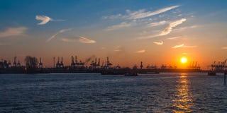 Hamburskiej panoramy Elbe dźwigowy zmierzch obraz royalty free