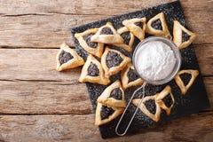 Hamentashen semestrar triangulära kakor med vallmofrö för Purim arkivbilder