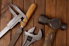 Hamer, beugel, dossier en moersleutel Oude hulpmiddelen Royalty-vrije Stock Foto