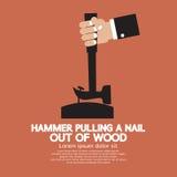 Hamer die een Spijker trekken uit Hout Stock Afbeelding