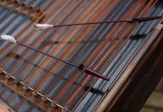 Hamer die op de koorden van cimbalom legt Royalty-vrije Stock Foto's