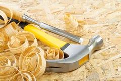 Hamer e formão na madeira compensada Fotos de Stock Royalty Free