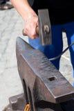Hamer en aambeeld bij de markt Royalty-vrije Stock Foto