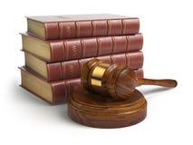 Hamer en advocaatboeken op wit worden geïsoleerd dat Rechtvaardigheid, wet en wettelijk royalty-vrije illustratie