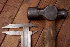 Hamer en beugel Oude hulpmiddelen Stock Fotografie