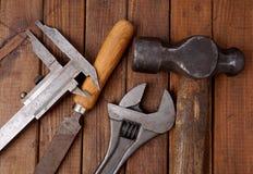 Hamer en beugel Oude hulpmiddelen Royalty-vrije Stock Afbeelding