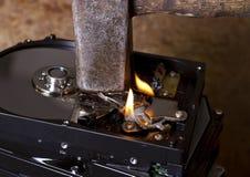 Hamer en brandende harde schijven Stock Foto's