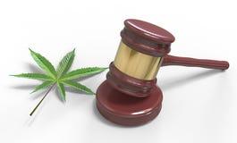 Hamer en Cannabisblad op wit wordt geïsoleerd dat Wet en gerechtelijk concept stock foto's