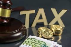 Hamer en cryptocurrency met honderd euro rekeningen rond het Overheidsregelgeving concept Belastingsbetaling royalty-vrije stock afbeeldingen