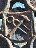 Hamer en draadscharen als decoratie van metaaldeur stock foto