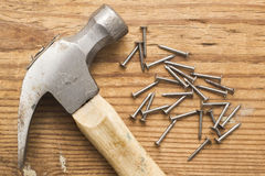 Hamer en een stapel van klinknagels, spijkers op houten grond royalty-vrije stock foto's