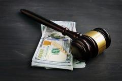 Hamer en geld in het hof Sanctie of steekpenning stock foto's