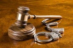 Hamer en handcuffs Royalty-vrije Stock Foto's