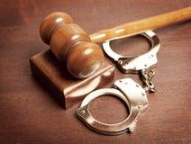 Hamer en handcuffs Stock Foto