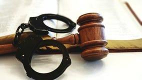Hamer en handcuffs op een open Bijbel stock foto's