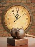 Hamer en oude klok stock fotografie