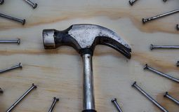 Hamer en spijkers op houten achtergrond Stock Afbeelding
