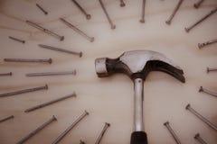 Hamer en spijkers op houten achtergrond Stock Fotografie