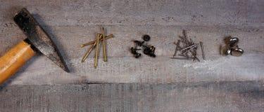 Hamer en spijkers op natuurlijke houten achtergrond met exemplaarruimte voor uw eigen tekst royalty-vrije stock foto's