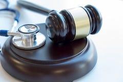 Hamer en stethoscoop medische jurisprudentie wettelijke definitie van medisch misdrijf procureur gemeenschappelijke fouten artsen royalty-vrije stock fotografie