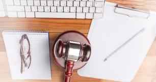 Hamer en toetsenbord op bureau stock afbeeldingen