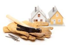 Hamer, Handschoenen, Spijkers en Huis