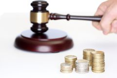 Hamer met muntstukstapels voor veiling Royalty-vrije Stock Foto