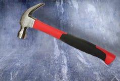 Hamer met rood handvat op rustieke achtergrond Stock Fotografie