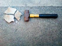 Hamer op cement stock afbeelding