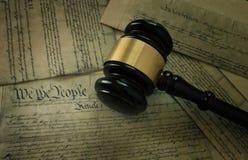 Hamer op de Grondwet van Amerika ` s stock afbeeldingen
