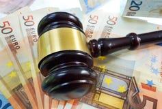 Hamer op Euro nota's Stock Afbeeldingen