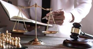 Hamer op houten lijst en Advocaat of Rechter die met overeenkomst in Rechtszaalthema, Rechtvaardigheid en Wetsconcept werken stock fotografie