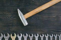 Hamer op houten moersleutel als achtergrond Stock Foto