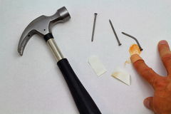 Hamer, spijkers en verwonde vinger Stock Afbeeldingen