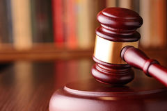 Hamer, symbool van rechterlijke beslissingen en rechtvaardigheid Stock Afbeeldingen