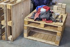 Hamer, tangenhulpmiddelen en werkende doek op houten pallet Houten textuur Stock Afbeeldingen