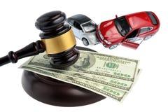 Hamer van rechter met geld en stuk speelgoed auto's op wit worden geïsoleerd dat Stock Foto's