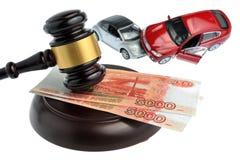 Hamer van rechter met geld en stuk speelgoed auto's op wit worden geïsoleerd dat Royalty-vrije Stock Afbeelding