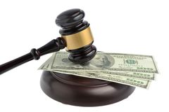 Hamer van rechter met geld op wit wordt geïsoleerd dat Royalty-vrije Stock Fotografie