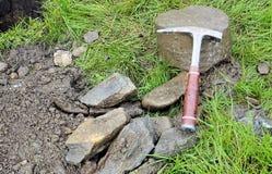Hamer voor een geoloog, boorknipsels en een boorkern royalty-vrije stock afbeelding