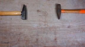 Hamers op een houten raadsachtergrond royalty-vrije stock afbeelding