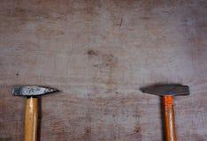 Hamers op een houten raadsachtergrond royalty-vrije stock afbeeldingen