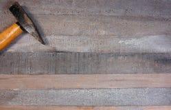 Hamers op een houten raadsachtergrond stock afbeeldingen