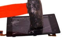 Hamerslag op de vertoning van de mobiele die telefoon, op touchscreen is gebarsten hamer een high-tech apparaat Stock Afbeeldingen