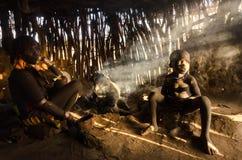 Hamervrouw het koken in haar hut Royalty-vrije Stock Fotografie